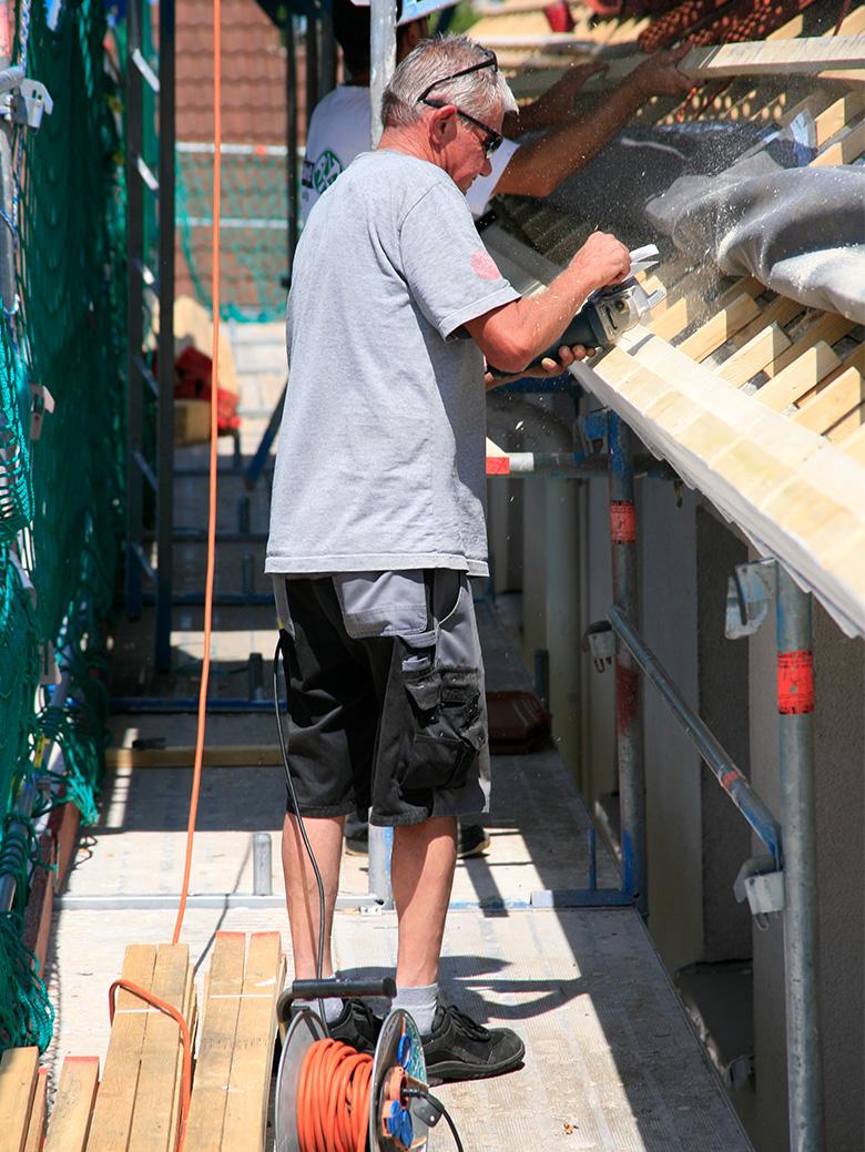 schlager-bedachungen-mitarbeiter-arbeit-am-dach
